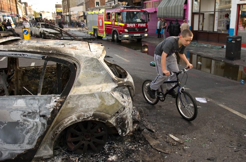 23. WIELKA BRYTANIA, Londyn, 7 sierpnia 2011: Ulica po nocnych zamieszkach w dzielnicy Tottenham. AFP PHOTO/LEON NEAL