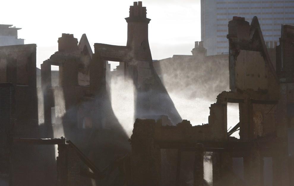 25. WIELKA BRYTANIA, Londyn, 9 sierpnia 2011: Zgliszcza składu meblowego w Croydon. AFP PHOTO/Andrew Cowie