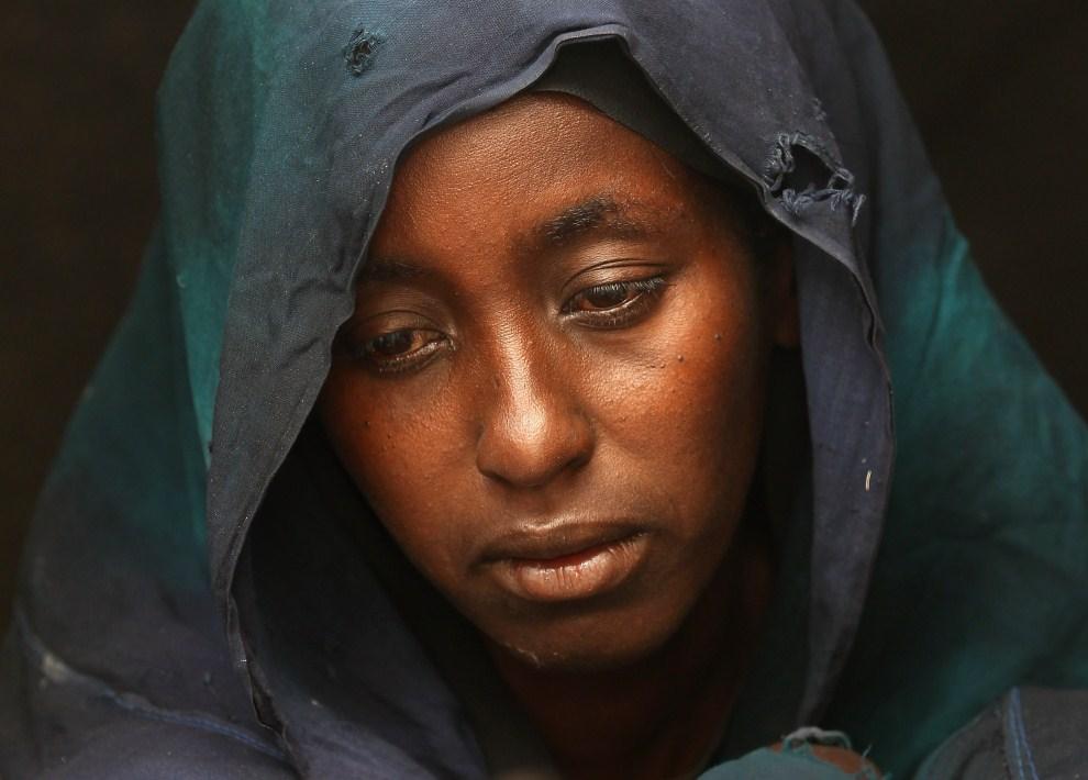 28. SOMALIA, Mogadiszu, 13 sierpnia 2011: Safia Adem chwilę po śmierci, z powodu niedożywienia, syna. (Foto: John Moore/Getty Images)