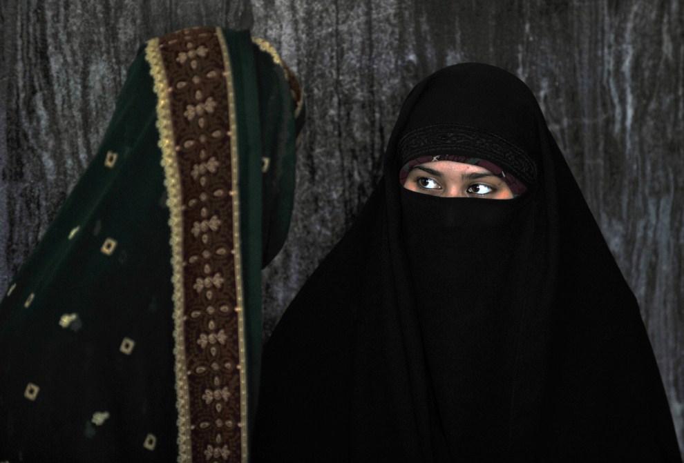 29. INDIE, Nowe Delhi, 5 sierpnia 2011: Kobiety uczestniczące w piątkowej modlitwie w meczecie Feroz Shah Kotla. AFP PHOTO/ MANAN VATSYAYANA
