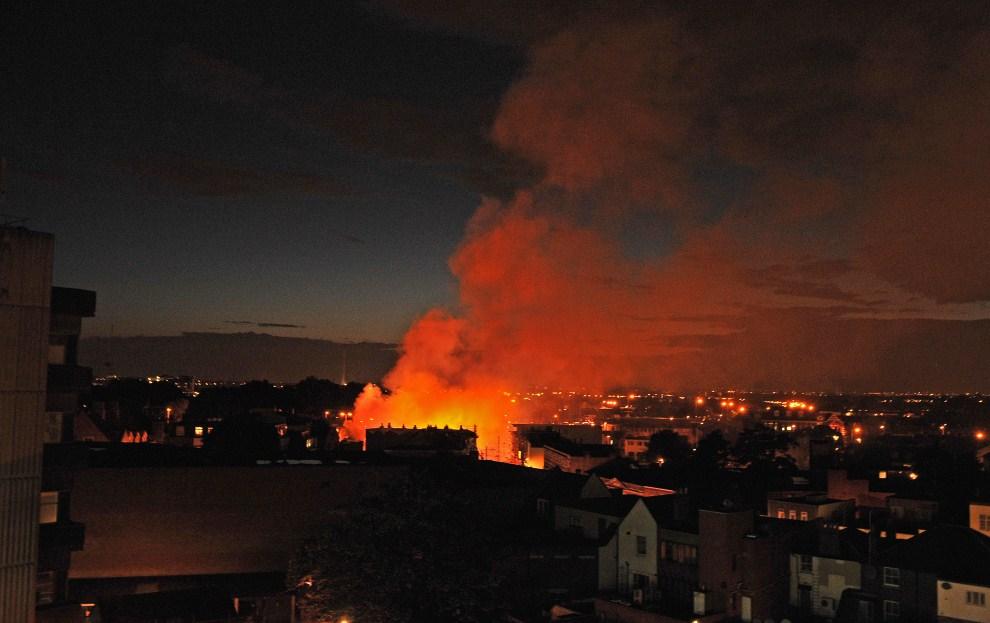 2. WIELKA BRYTANIA, Londyn, 8 sierpnia 2011: Płonący budynek sklepu z meblami, który istniał od 140 lat. AFP PHOTO/Carl de Souza