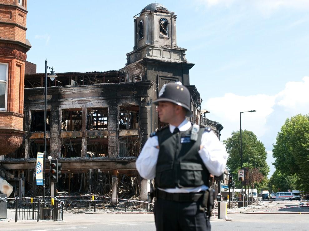 27. WIELKA BRYTANIA, Londyn, 8 sierpnia 2011: Spalone budynki w dzielnicy Tottenham. AFP PHOTO / Ki Price