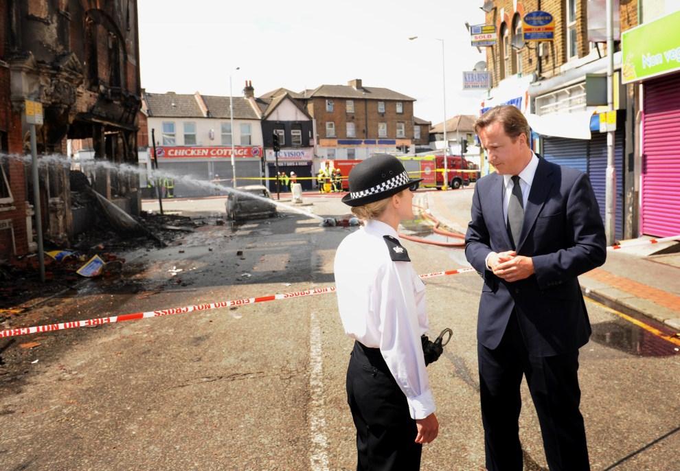 28. WIELKA BRYTANIA, Londyn, 9 sierpnia 2011: Premier David Cameron rozmawia z Jo Oakley, dowódcą policji okręgu Croydon. AFP PHOTO/Stefan Rousseau/POOL