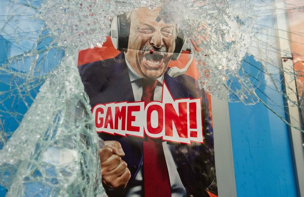29. WIELKA BRYTANIA, Londyn, 7 sierpnia 2011: Plakat w rozbitej gablocie, reklamujący zakłady bukmacherskie. AFP PHOTO/LEON NEAL