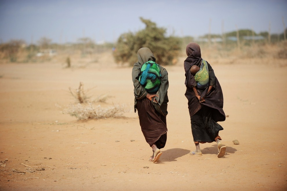 3rd KENYA, Dadaab, 5 July 2011: Women with children at nearby food distribution points. AFP PHOTO / Roberto SCHMIDT