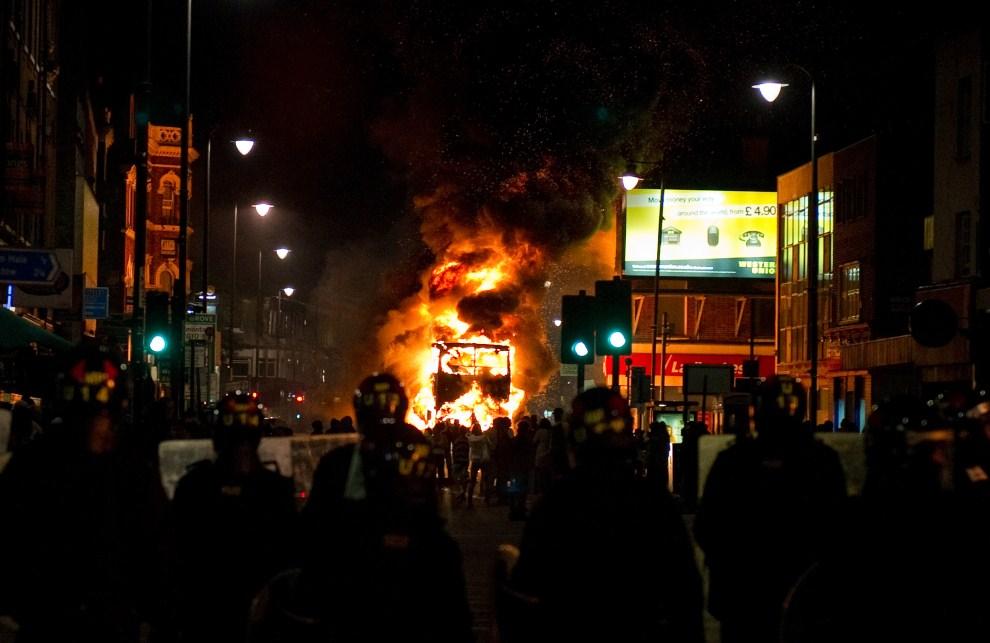 3. WIELKA BRYTANIA, Londyn, 6 sierpnia 2011: Podpalony autobus na ulicy w jednej z dzielnic Londynu. AFP PHOTO/LEON NEAL
