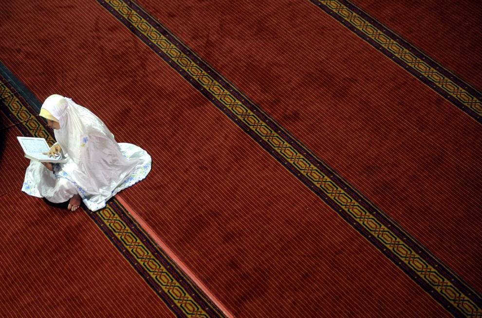 4. INDONEZJA, Dżakarta, 4 sierpnia 2011: Kobieta czytająca Koran w meczecie Istiqlal. AFP PHOTO / ADEK BERRY