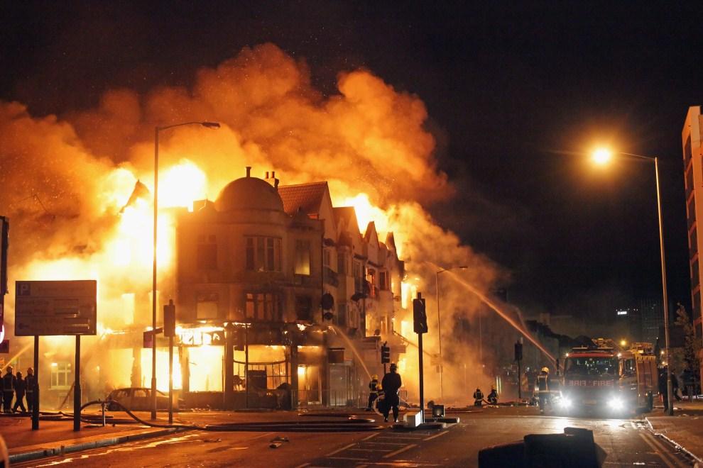 4. WIELKA BRYTANIA, Londyn, 9 sierpnia 2011: Pożar w dzielnicy Croydon. (Foto: Dan Kitwood/Getty Images)