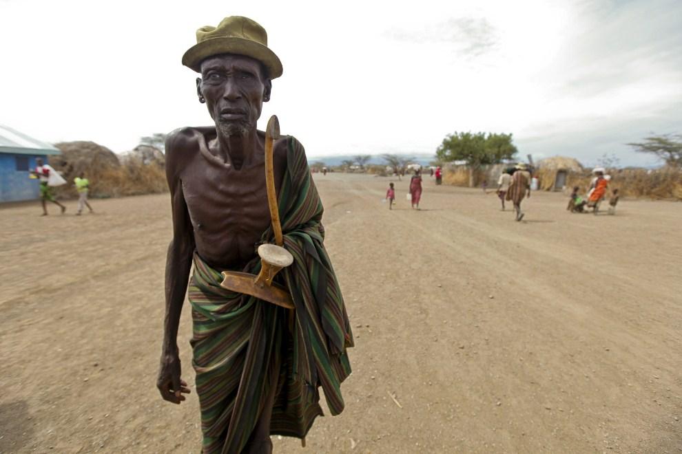 4. KENIA, Turkana, 11 sierpnia 2011: Mężczyzna w drodze do domu z punktu dystrybucji żywności. EPA/DAI KUROKAWA Dostawca: PAP/EPA.