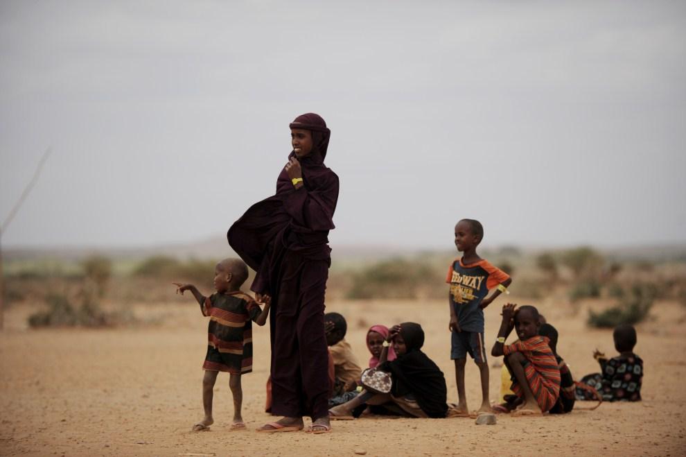 5. ETIOPIA, obóz Kobe, 19 lipca 2011: Kobieta z dziećmi na Granicy między Etiopią i Somalią. AFP PHOTO/ROBERTO SCHMIDT