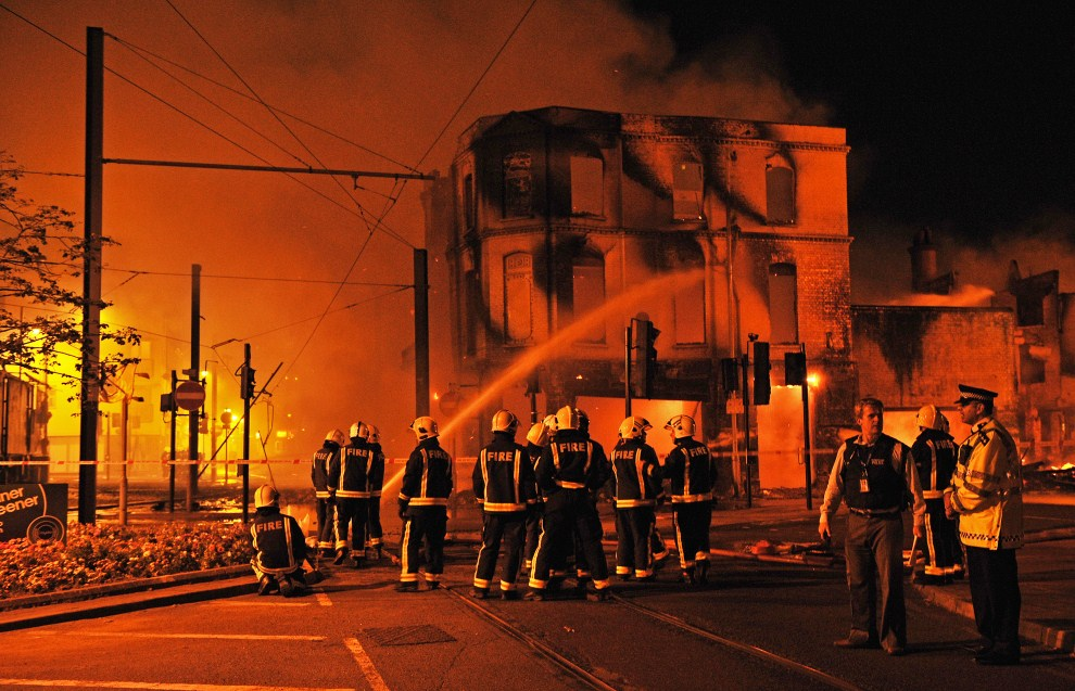 5. WIELKA BRYTANIA, Londyn, 8 sierpnia 2011: Strażacy dogaszają pożar w dzielnicy Croydon. AFP PHOTO/Carl de Souza