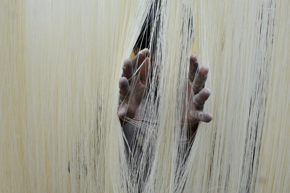 """8. INDIE, Hajdarabad, 3 sierpnia 2011:  Wermiszel używany do przygotowania tradycyjnego dania o nazwie """"sheer korma"""". AFP PHOTO / Noah SEELAM"""