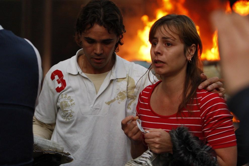 8. WIELKA BRYTANIA, Londyn, 8 sierpnia 2011: Zdezorientowani mieszkańcy na ulicy Hackney. (Foto: Dan Istitene/Getty Images)