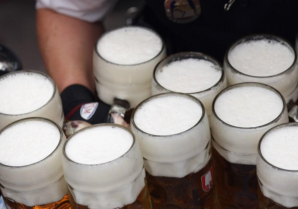 10. NIEMCY, Monachium, 17 września 2011: Kelner niosący kufle z piwem. (Foto: Johannes Simon/Getty Images)
