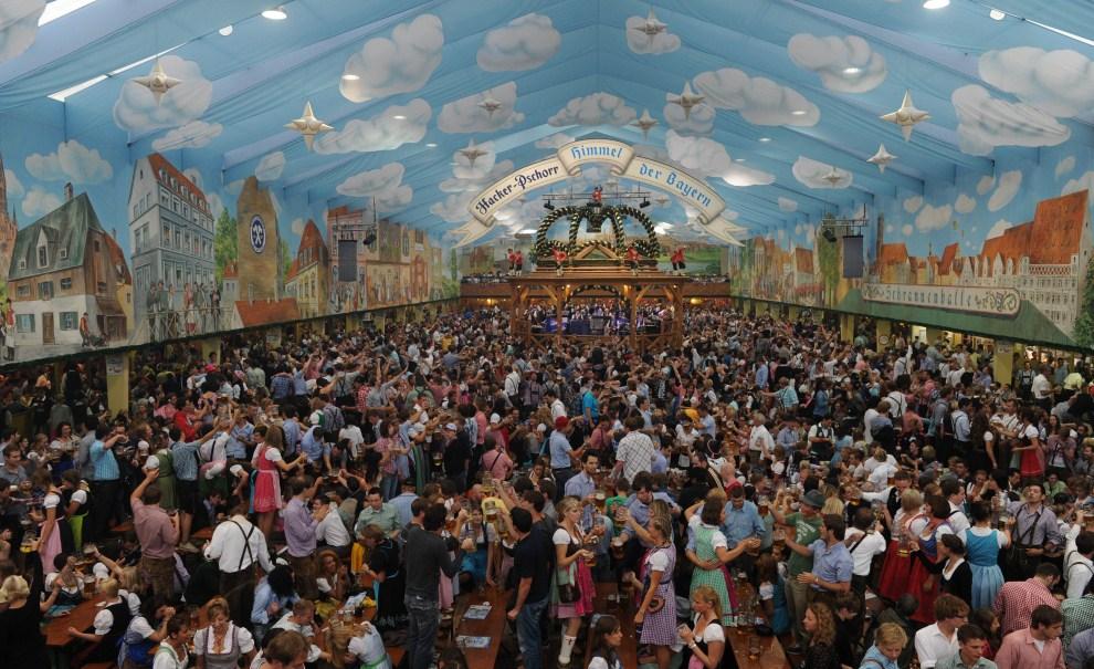11. NIEMCY, Monachium, 18 września 2011: Uczestnicy Oktoberfest w namiocie przy Theresienwiese. AFP PHOTO/CHRISTOF STACHE