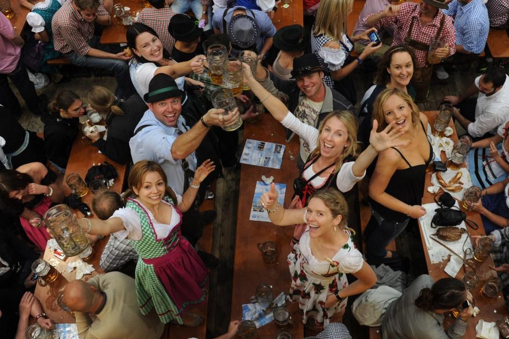 12. NIEMCY, Monachium, 18 września 2011: Biesiadnicy podczas zabawy w namiocie przy Theresienwiese. AFP PHOTO/CHRISTOF STACHE