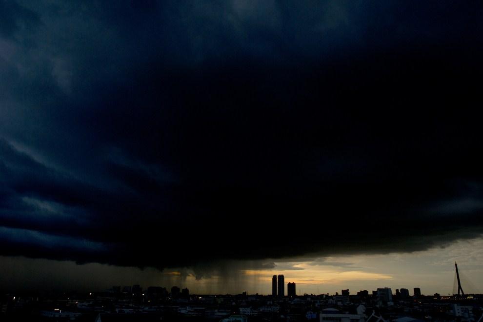 12. TAJLANDIA, Bangkok, 18 września 2011: Ulewny deszcz spadający na centrum Bangkoku. AFP PHOTO/ Nicolas ASFOURI