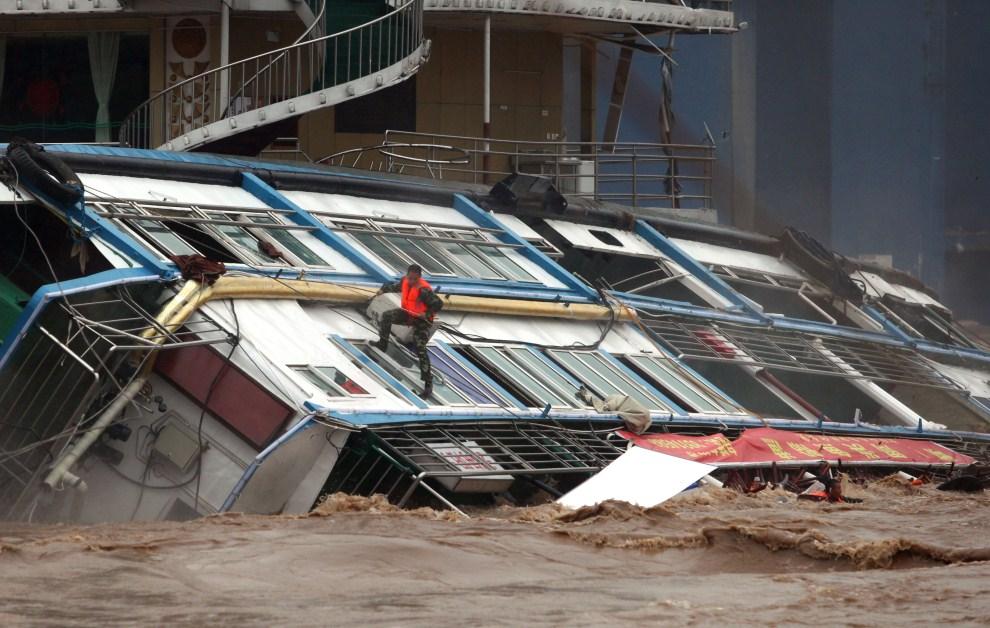 13. CHINY, Chongqing, 20 września 2011: Ratownik na burcie przewróconego statku pasażerskiego. AFP PHOTO