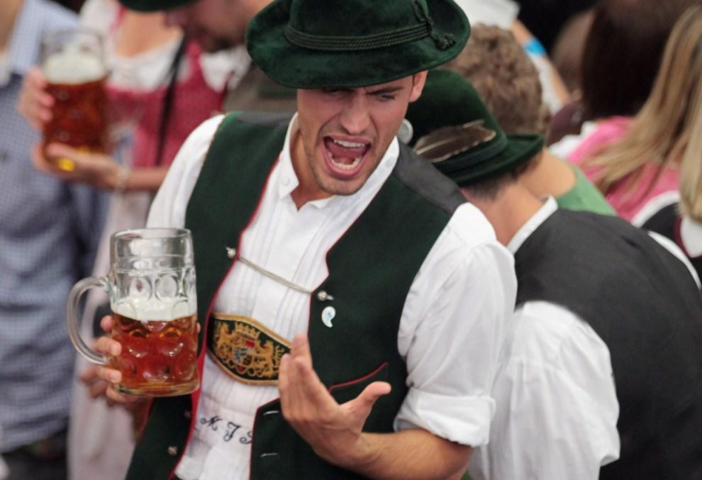 13. NIEMCY, Monachium, 18 września 2011: Mężczyzna w bawarskim stroju podczas zabawy. (Foto: Johannes Simon/Getty Images)