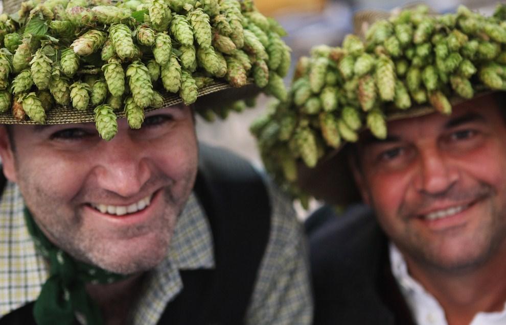 14. NIEMCY, Monachium, 17 września 2011: Mężczyźni w kapeluszach przyozdobionych szyszkami chmielowymi. (Foto: Alexandra Beier/Getty Images)