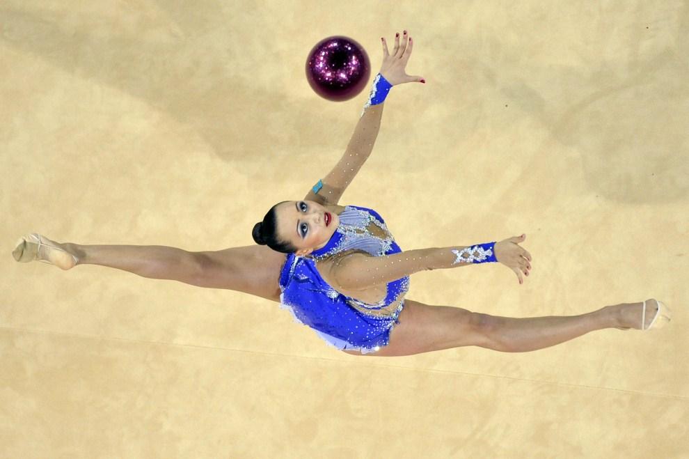 15. FRANCJA, Montpellier, 20 września 2011: Reperzentantka Kazachstanu – Anna Alyabyeva – w trkacie występu na mistrzostwach świata w gimnastyce artystycznej. AFP PHOTO SYLVAIN THOMAS