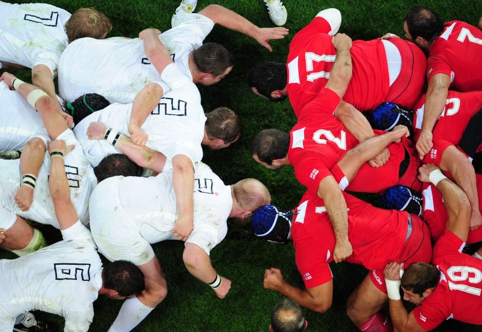 17. NOWA ZELANDIA, Dunedin, 18 września 2011: Mecz rugby pomiędzy zespołami Anglii (białe stroje) i Gruzji (czerwone stroje). AFP PHOTO / MARTIN BUREAU