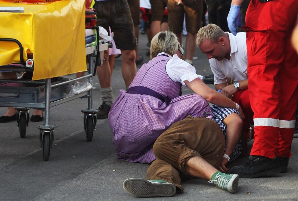 17. NIEMCY, Monachium, 17 września 2011: Sanitariusze udzielają pomocy leżącemu uczestnikowi festiwalu. (Foto: Alexandra Beier/Getty Images)