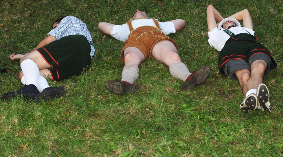 18. NIEMCY, Monachium, 17 września 2011: Uczestnicy Oktoberfest odpoczywają na trawniku. (Foto: Alexandra Beier/Getty Images)