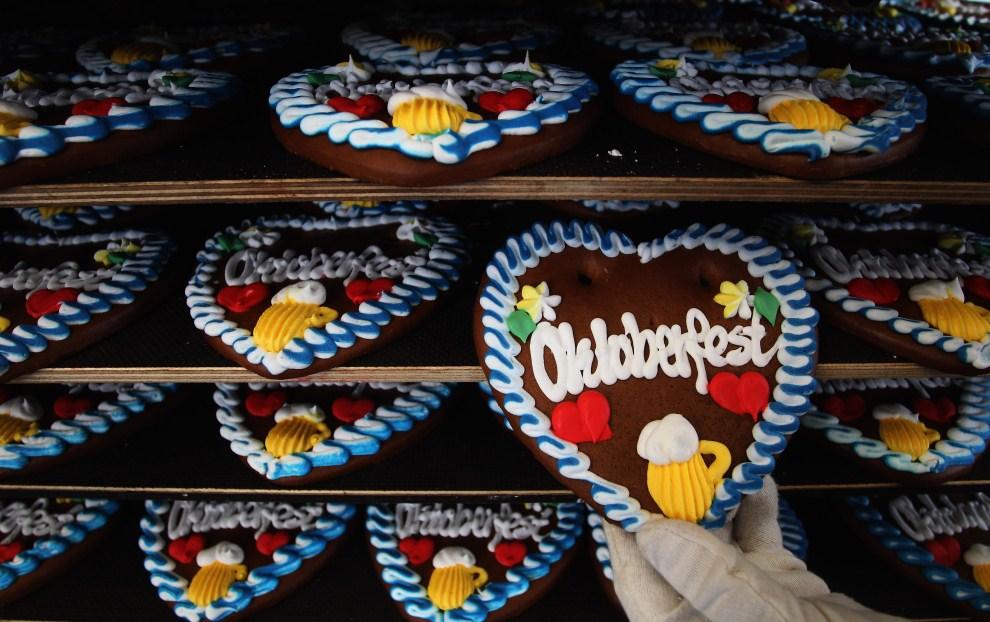 1. NIEMCY, Monachium, 8 września 2011: Serca z piernika sprzedawane podczas Oktoberfest. (Foto: Alexandra Beier/Getty Images)