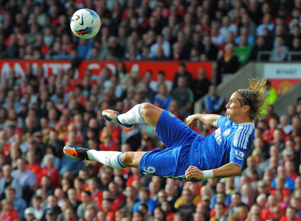 20. WIELKA BRYTANIA, Manchester, 18 września 2011: Fernando Torres składa się do strzały podczas meczu Manchester United – Chelsea London. AFP PHOTO/ANDREW YATES