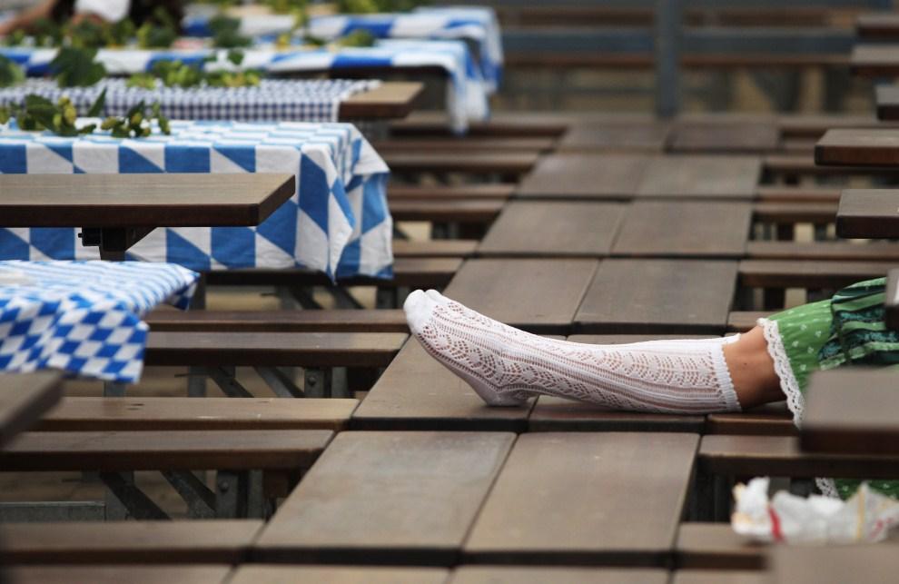 20. NIEMCY, Monachium, 17 września 2011: Dziewczyna drzemiąca w jednym z namiotów przed otwarciem go dla gości. (Foto: Alexandra Beier/Getty Images)