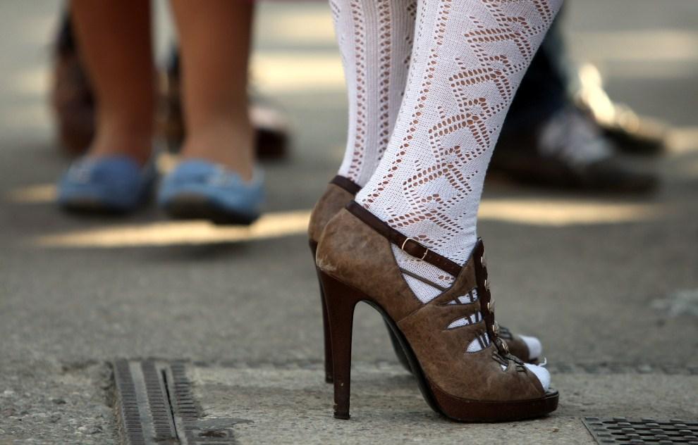 21. NIEMCY, Monachium, 17 września 2011: Nogi jednej z uczestniczek Oktoberfest. AFP PHOTO / KARL-JOSEF HILDENBRAND GERMANY OUT