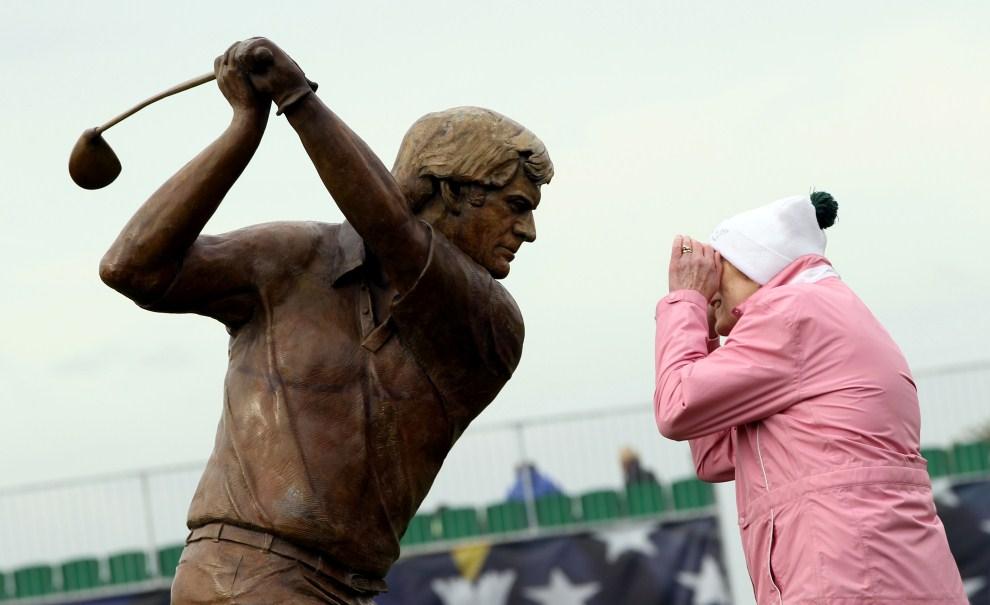 25. IRLANDIA, Dublin, 22 września 2011: Rzeźba przedstawiająca Jacka Nicklausa i kobieta przyglądająca się treningowi przed rozpoczęciem Solheim Cup. AFP PHOTO / ADRIAN DENNIS