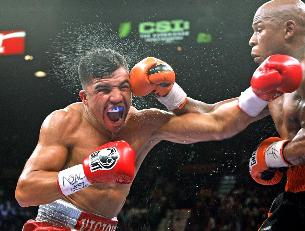 26. USA, Las Vegas, 17 września 2011: Floyd Mayweather (po prawej) trafia w głowę Victora Ortiza. AFP PHOTO/JOHN GURZINSKI