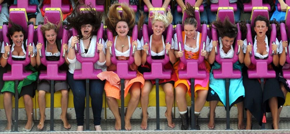 27. NIEMCY, Monachium, 17 września 2011: Dziewczęta bawiące się w wesołym miasteczku. AFP PHOTO/CHRISTOF STACHE