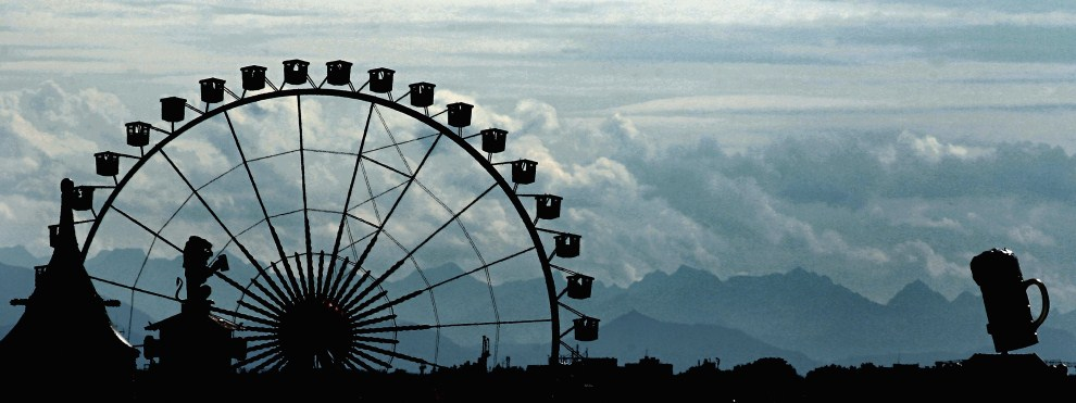 29. NIEMCY, Monachium, 17 września 2011: Wielkie koło karuzeli i balony na tle Alp. (Foto: Johannes Simon/Getty Images)