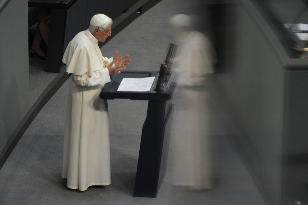 2. NIEMCY, Berlin, 22 września 2011: Papież Benedykt  XVI podczas wystąpienia Reichstagu. AFP PHOTO / ODD ANDERSEN