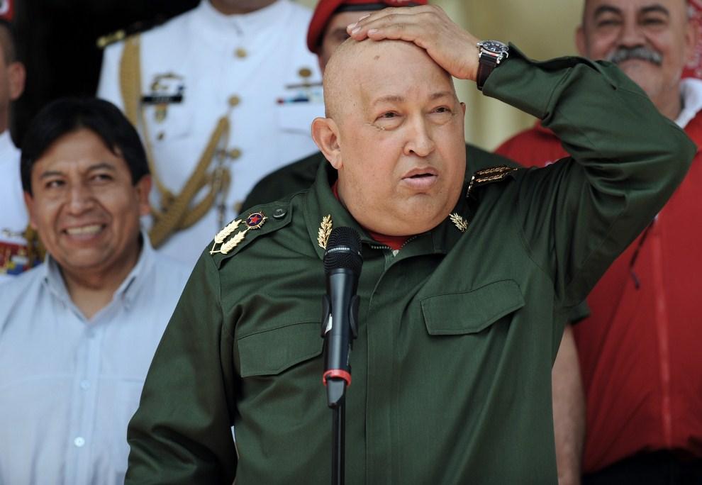 3. WENEZUELA, Caracas, 17 września 2011: Hugo Chavez wita przybywającego z wizytą prezydenta Boliwii. AFP PHOTO/Juan BARRETO