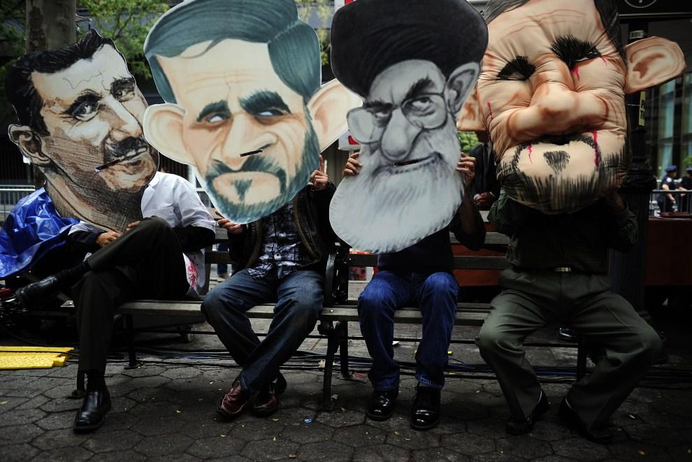 4. USA, Nowy Jork, 22 września 2011: Demonstranci z podobiznami prezydenta Iranu Mahmuda Ahmadineżada, prezydenta Syrii Baszara al-Assada oraz ajatollaha Aliego Chameneia przed siedzibą główną ONZ. PHOTO/Emmanuel Dunand