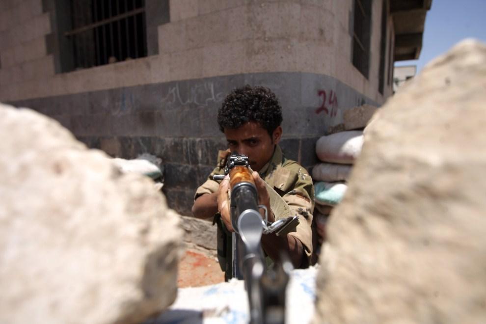 7. JEMEN, Sana, 22 września 2011: Jemeński żołnierz podczas walki między paramilitarnymi bojówkami. AFP PHOTO/MOHAMMED HUWAIS
