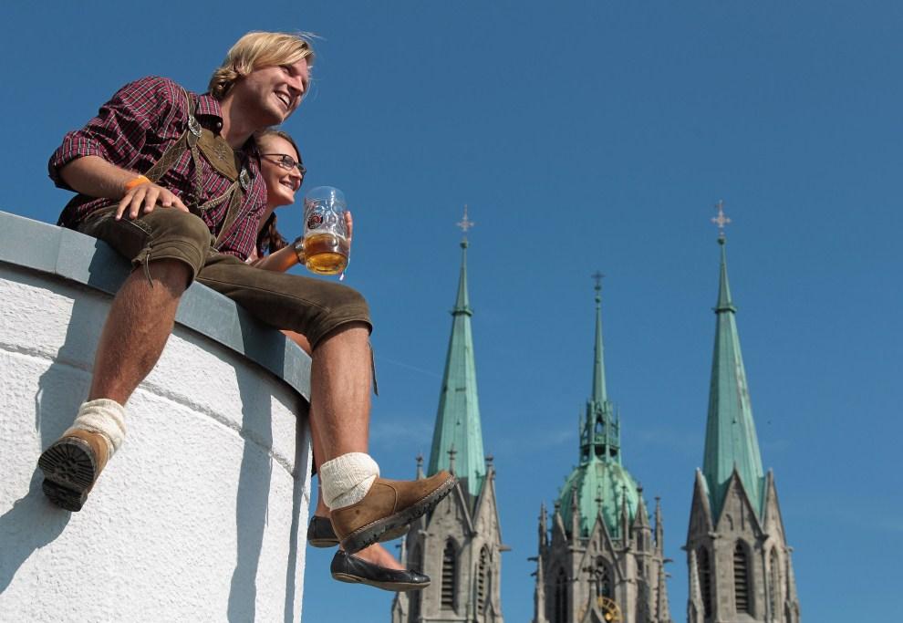 8. NIEMCY, Monachium, 17 września 2011: Para przygląda się paradzie z dachu pobliskiego domu. (Foto: Johannes Simon/Getty Images)