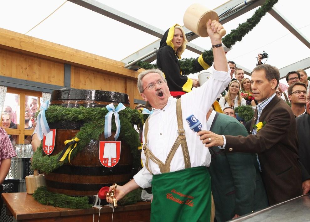 9. NIEMCY, Monachium, 17 września 2011: Burmistrz Christian Ude otwiera pierwszą beczkę z piwem. (Foto: Alexandra Beier/Getty Images)