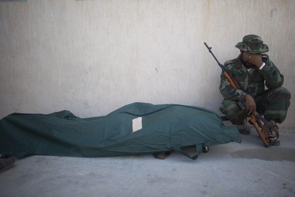 10. LIBIA, Syrta, 7 października 2011: Członek NTC opłakuje śmierć przyjaciela. (Foto: Majid Saeedi/Getty Images)