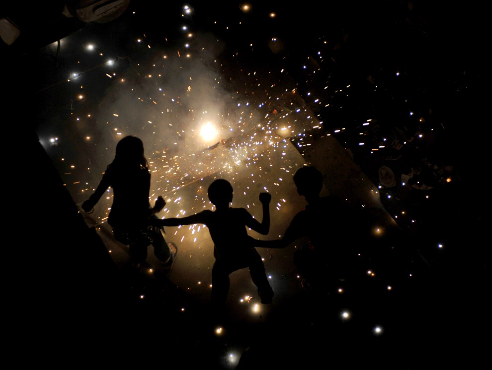 11. INDIE, Nowe Delhi, 26 października 2011: Dzieci bawią się sztucznymi ogniami w trakcie obchodów święta Diwali. AFP PHOTO/ SAJJAD HUSSAIN