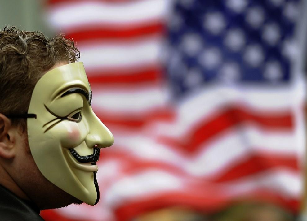 12.USA, Nowy Jork, 20 października 2011: Mężczyzna protestujący w Zuccotti Park. AFP PHOTO / TIMOTHY A. CLARY