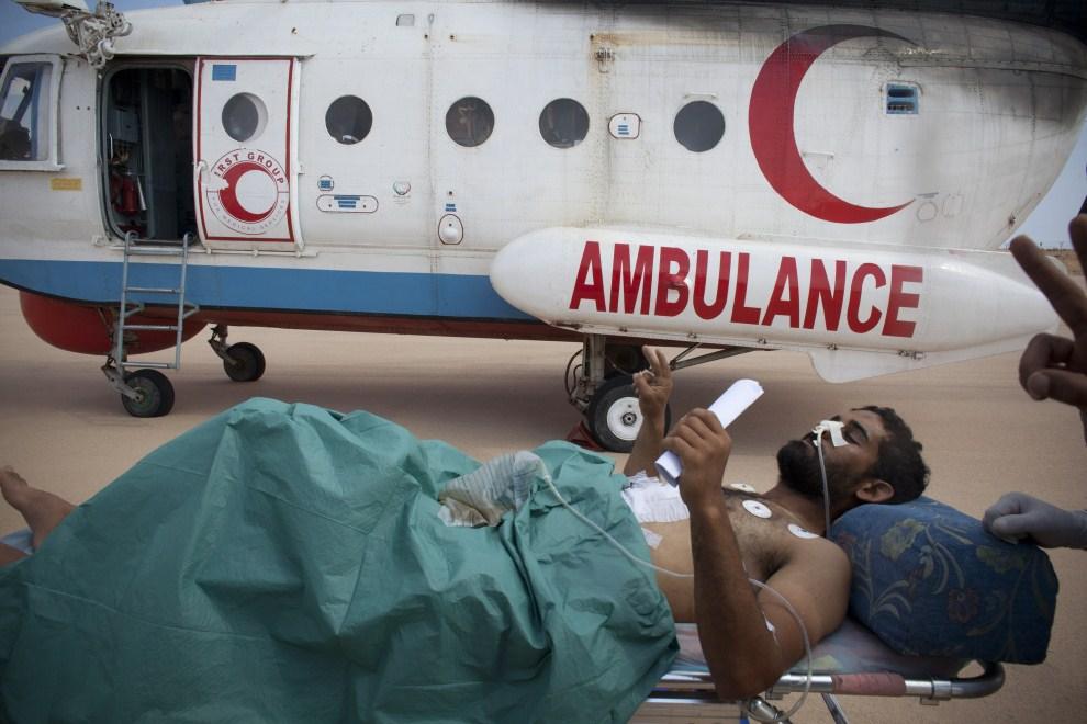 11. LIBIA, Syrta, 6 października 2011: Ranny mężczyzna przewożony do szpitala w Bengazi. (Foto: Majid Saeedi/Getty Images)