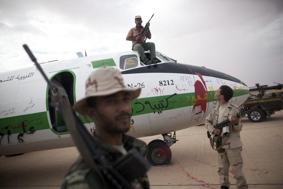 12. LIBIA, Syrta, 7 października 2011: Bojownicy NTC na lotnisku zbombardowanym przez samoloty  NATO. (Foto: Majid Saeedi/Getty Images)