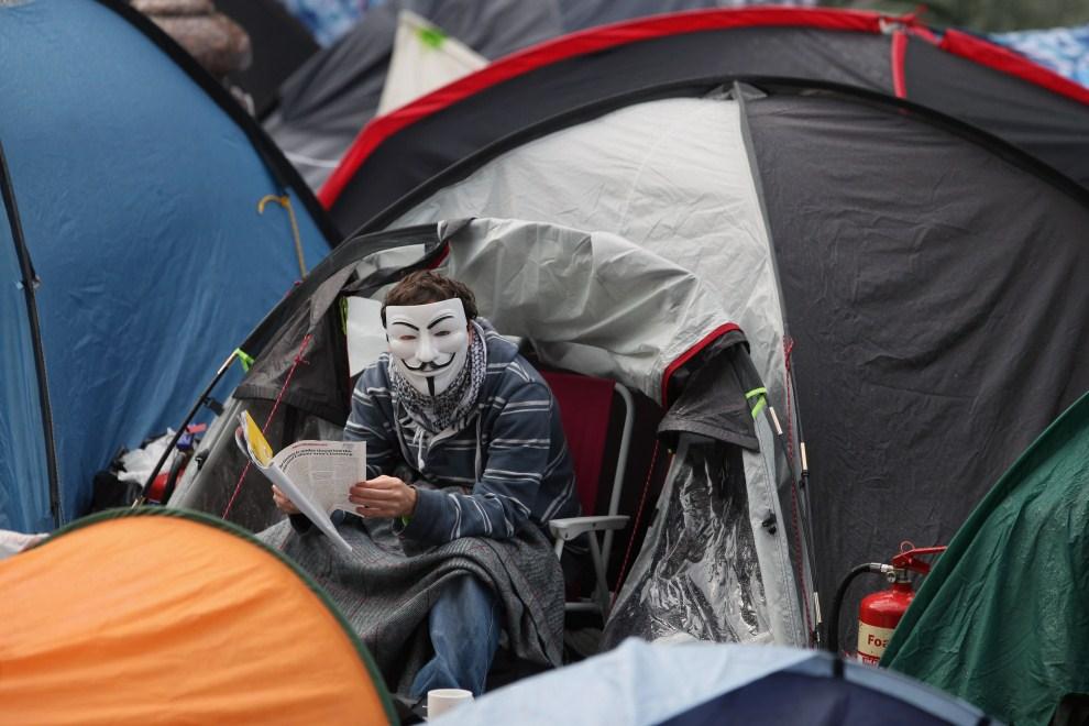 26.WIELKA BRYTANIA, Londyn, 27 października 2011: Mężczyzna w masce przed wejściem do katedry Św. Pawła. (Foto: Dan Kitwood/Getty Images)