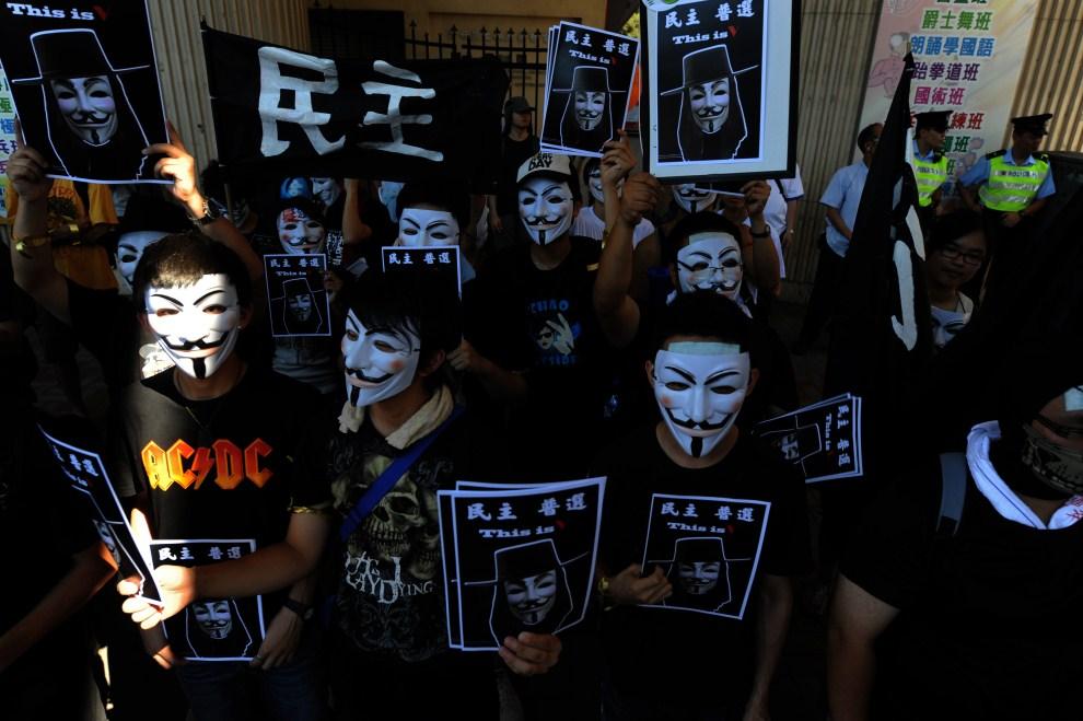 14.CHINY, Hong Kong, 1 lipca 2010: Demonstracja demokratów zorganizowana w 13. rocznicę powrotu Hong Kongu do Chin. AFP PHOTO / Daniel SORABJI