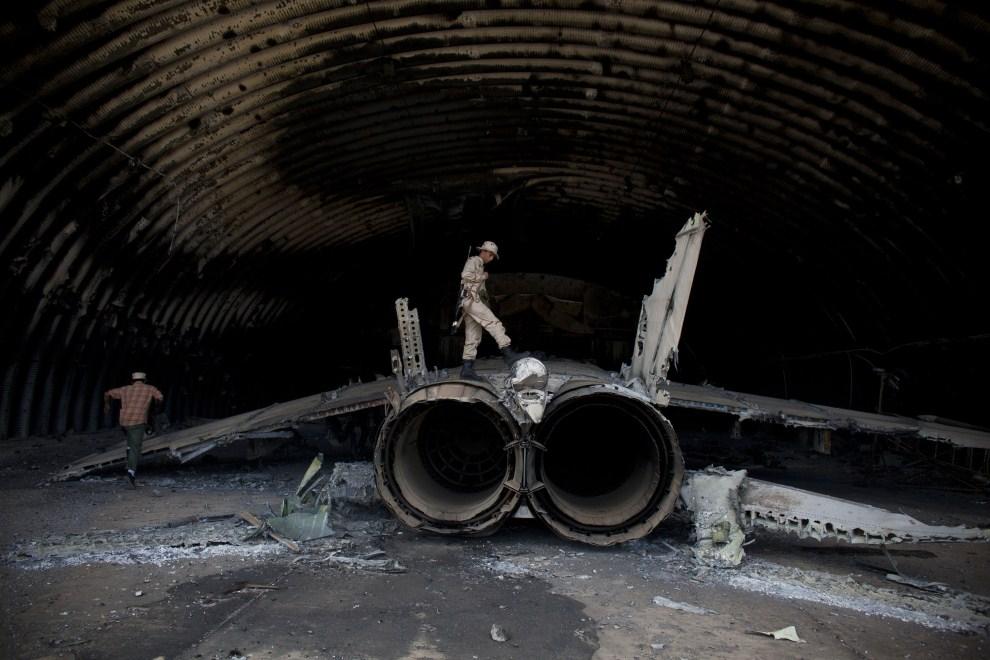 13. LIBIA, Syrta, 7 października 2011: Zbombardowany hangar na lotnisku w Syrcie. (Foto: Majid Saeedi/Getty Images)